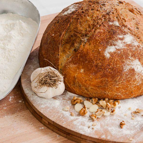 Pâine cu nucă și usturoi